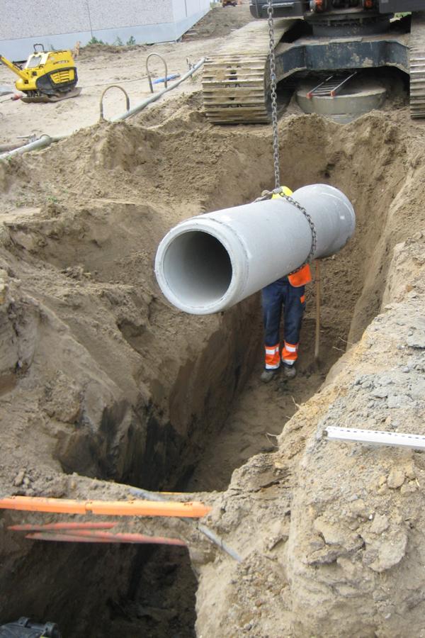 Plaatsing van een betonbuis met glipverbinding